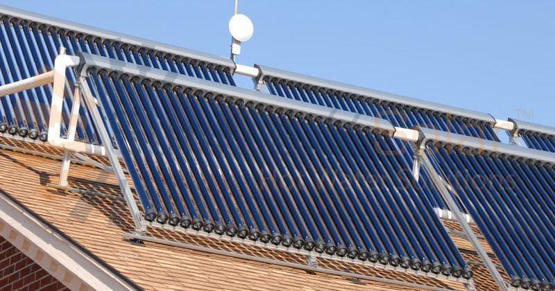 Imagen de un calentador solar de agua para alberca montado sobre el techo de una casa